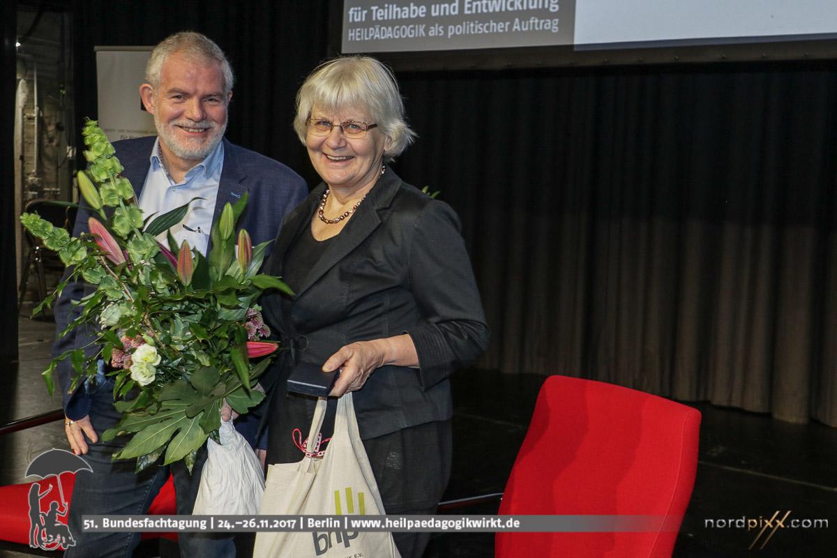 Irmela Mensah-Schramm und Heinrich Greving auf der Bühne der 51. Bundesfachtagung des BHP in Berlin