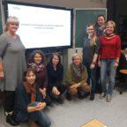 8 Personen posieren vor dem Schriftzug BHP Auftaktveranstaltung Schule.
