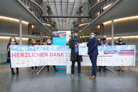 """Initiative """"Mehr wert als ein Danke"""" übergibt 53.000 Unterschriften an den Petitionsausschuss des Bundestages"""